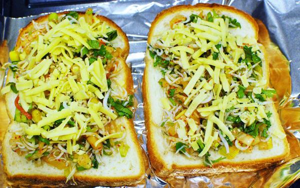 おすすめトースト「シラスとキムチのチーズトースト」