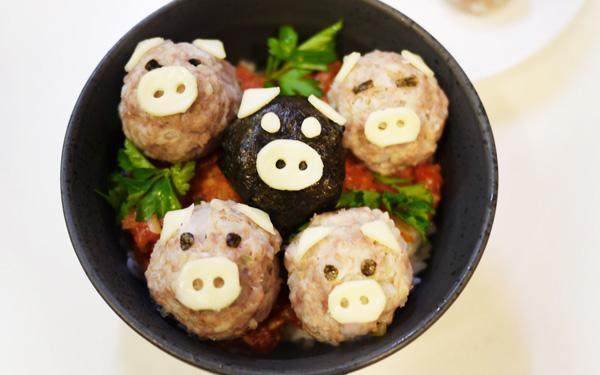 ミニブタが可愛い、イタリアン風ジューシー豚団子丼