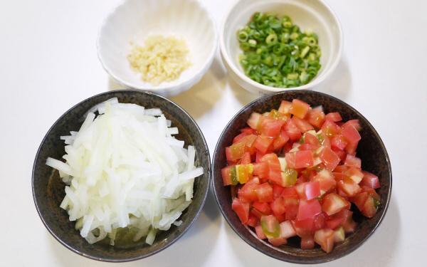 保存食の缶詰でバランスご飯! 蒲焼きサンマの簡単サラダうどん