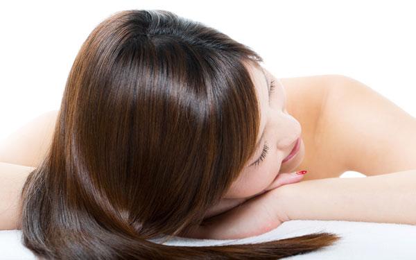 艶やかな髪の毛の女性