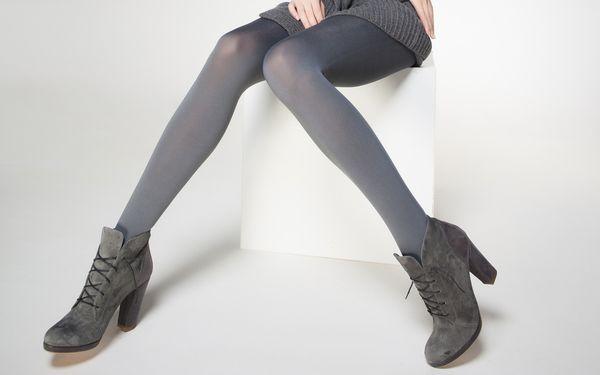 黒い靴下を履いた脚