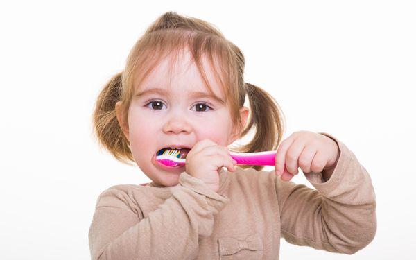 歯をみがく子ども