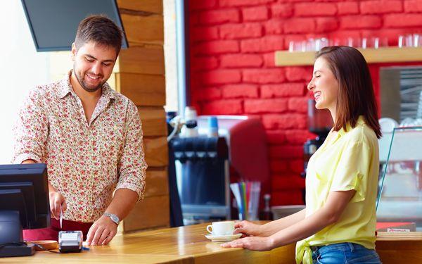 カフェの店員と話す女性