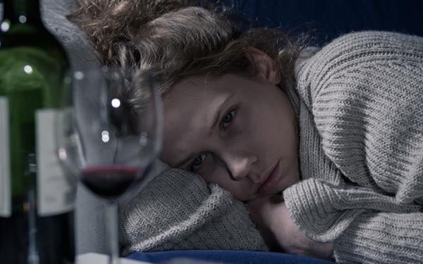 お酒を飲んで横になっている女性