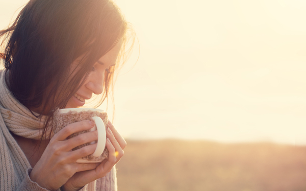 夕日を浴びた笑顔の女性