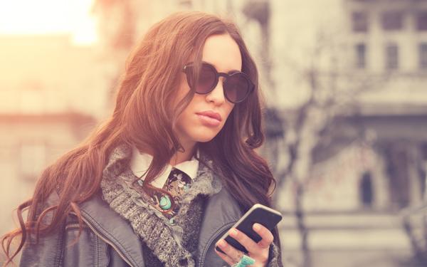 スマートフォンをながめている女性