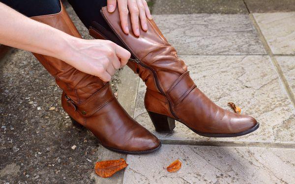 靴を履く女性の足元