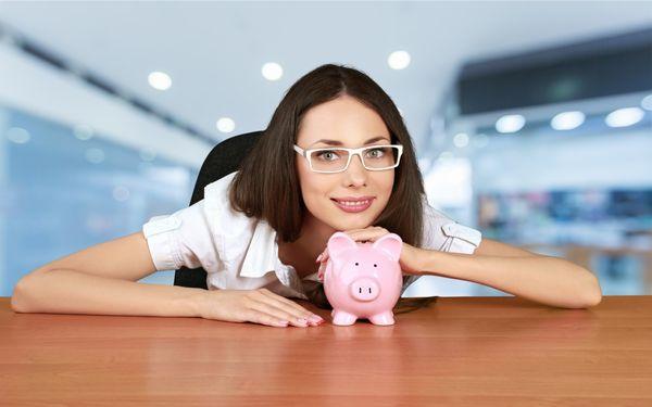 貯金箱を抱える女性