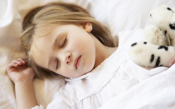 ぬいぐるみを抱いて眠る女の子