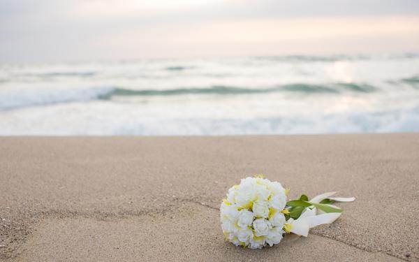 海辺におかれたブーケ
