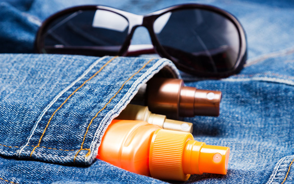 ジーンズとサングラスと日焼け止め