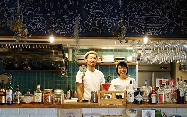 左よりHiDEの店主 鈴木秀人さん、tamani sandwichの店主 上野桃子さん