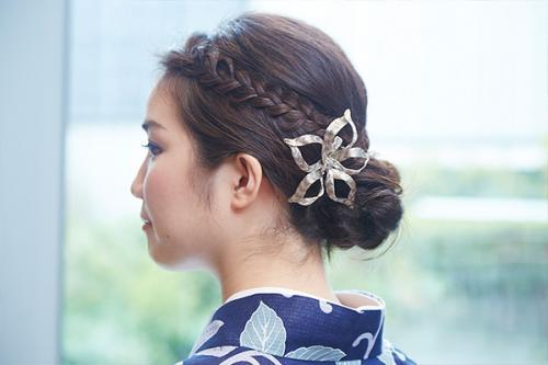 編み込みがかわいいまとめた髪は、大ぶりな花簪をひとつあしらって。<コレットマルーフ> フラワーバレッタ 11,000 / 銀座三越(税別)