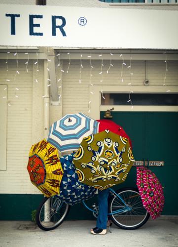 アフリカのテキスタイルを使用した人気の傘。少し派手な柄も傘なら取り入れやすく、持っているだけで元気になりそう。