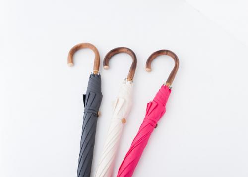 ポリエステル100%で高密度の、日本製の生地を使用した雨傘。傘袋付きなのもうれしい。¥11,000(税抜)