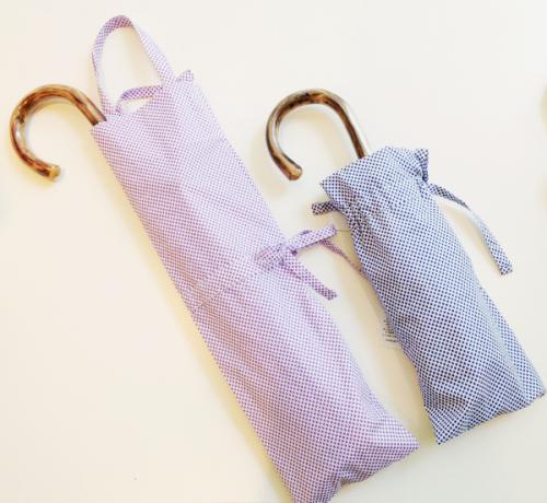 イタリアの老舗シャツ生地メーカー「canclini(カンクリーニ)」社の生地を使用した、晴雨兼用の折りたたみ傘。高密度な生地で音がよく、ちょっとたたんで持ち歩くときに便利なよう、のばして使える袋付き。¥18,000(税抜)