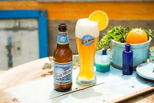 「BLUE MOON」はボトル、On Tapとも各¥600。On Tapは、より繊細な香りと飲み心地の1杯。ボトルと飲み比べて楽しむ女性たちの姿も。