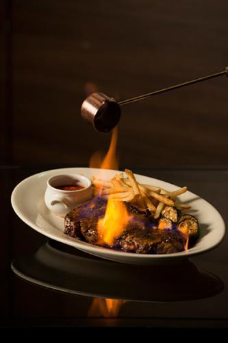 ��炎の1ポンドリブロースステーキ″が味わえる、セットメニュー(1名¥4,500、2名よりオーダー可能)は、オードブル、シェフの気まぐれサラダ、炎の1ポンドリブロースステーキに、赤または白のハウスワインが2名に1本付く、盛りだくさんな内容。