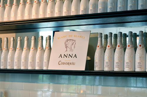 コドーニュ家の娘であり、現在のコドーニュ社を支えるユベントス家に嫁いで同家を繋いだ女性・アナ・デ・コドーニュの名前を冠し、ボトルのエチケットには肖像画が描かれている。
