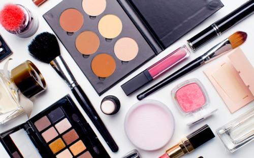 テーブルに広げられたさまざまな化粧品
