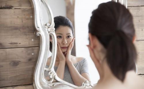 鏡で自分を見る女性