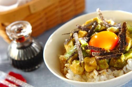 サムネイル TKGアレンジレシピが激ウマ!「漬けアボカドの卵かけご飯」