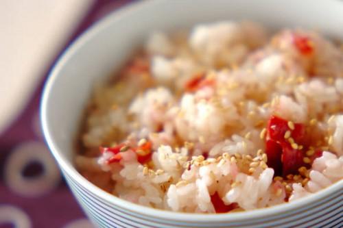 サムネイル 余りがちな天かす活用レシピ! 炊飯器で簡単「天かす入り梅ご飯」