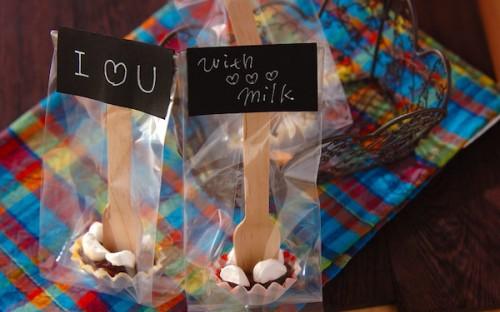 マシュマロ&フォークでデコレーションを! 超簡単な「生チョコスティック」