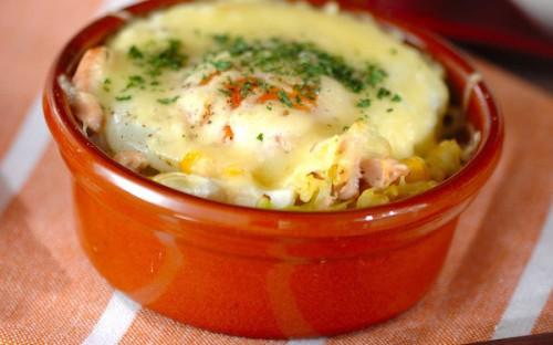 半熟卵がトロ〜リとよくからんで美味、簡単に作れる「春キャベツのココット」