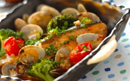 おもてなしレシピとしても大人気! リピート必至「鮭のアクアパッツァ」