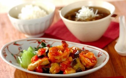 ソースに生トマトを使うのがポイント! ご飯が進む「エビと豆腐のチリソース」