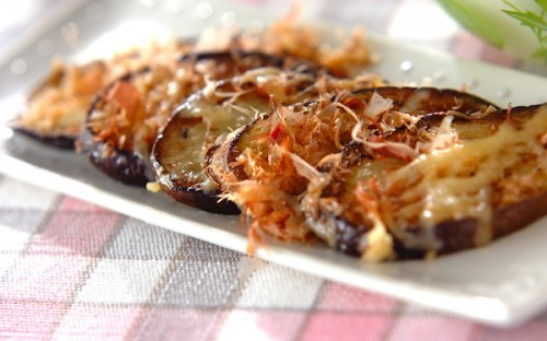しっかり味で美味しい、簡単に作れる「ナスのおかかチーズ焼き」