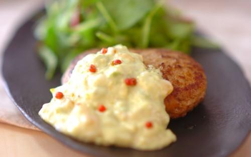 アボカドと温泉卵の魅惑のソースがくせになる! 「アボカドソースがけハンバーグ」