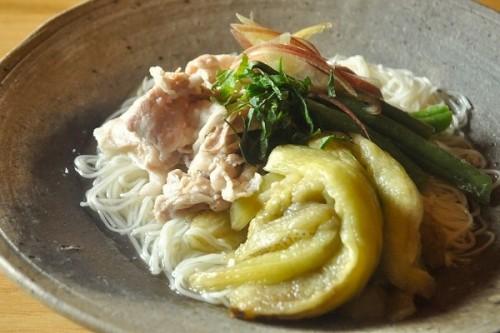 サムネイル 秘訣は、美味しい出汁と天然塩。つくりおきにも便利、素麺にも◎「焼きナスと豚しゃぶのだしびたし」