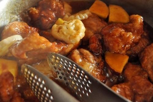 サムネイル 黒酢のコクでご飯がすすむ!新米にぴったりの秋のおかず「豚肉とサツマイモの黒酢酢豚」