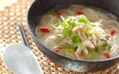 さっぱりと味わえる、小腹が空いたときにピッタリな「冷製鶏スープ素麺」
