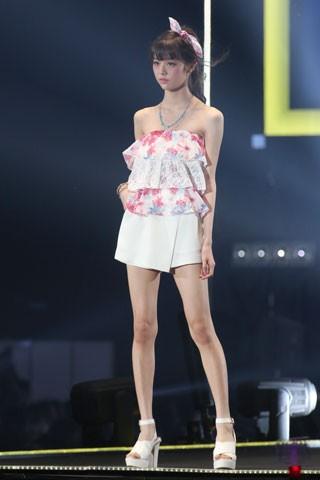 ミニスカート姿の鈴木優華さん