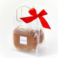 「紅茶どら焼 2個入」/銀座甘楽(税込515円)紅茶の茶葉をふんだんに練り込んだどら焼きの生地で、北海道留寿都産の小豆を使用したこだわりのつぶあんをサンド。リボン付きのかわいいパッケージでプチギフトにも最適