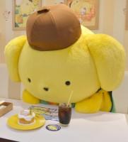 ポムポムプリンカフェ横浜店でインタビューを受けるプリンくん