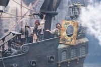 """海賊たちが繰り広げる迫力のショー「パイレーツ・サマーバトル""""ゲット・ウェット!""""」"""