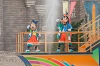大量の水しぶきを浴びて楽しむ「ディズニー夏祭り」