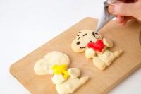 SNOOPYの顔スタンプつきだから、あとはチョコでなぞり描きするだけで可愛いSNOOPYクッキーの完成!『SNOOPYのぎゅっとハグクッキーBOOK』(2017/12/18発売:KADOKAWA)