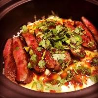 土鍋ご飯はリクエストOK。こちらはモッツァレラチーズとパクチーのステーキ土鍋ご飯