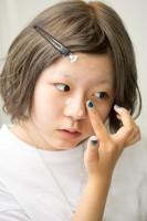 日焼け止めを塗り伸ばし、皮脂くずれ防止下地を鼻回りに塗る