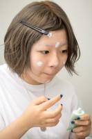 コントロールカラーの下地を顔全体に塗る