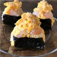 【たまごとえびとマヨしょうゆの酢飯おにぎり】写真/Tesshi