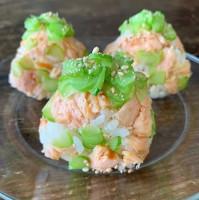 【鮭とブロッコリーの茎でおにぎり】写真/Tesshi