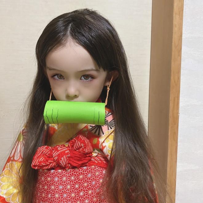 手作りの竹筒を口にくわえて禰豆子のコスプレをしたメアリーちゃん