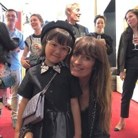 CHANELのパーティーで世界的モデルのカロリーヌ・ド・メグレと写真を撮るCOCO