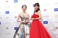 『第10回 国民的美魔女コンテスト』グランプリの坂村かおるさん(左)、準グランプリの川端歩さん